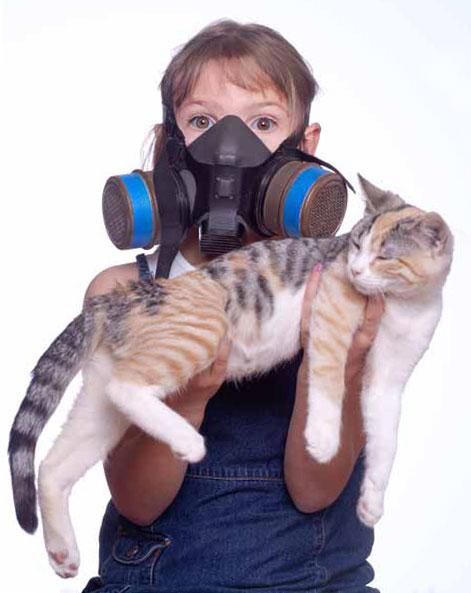 ребенок  в противогазе с котом на руках